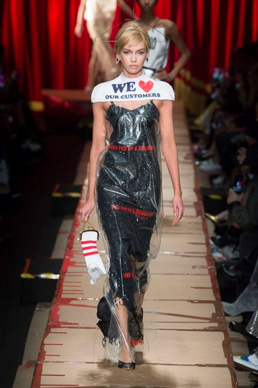 155231bbb2a Το supermodel Stella Maxwell φορούσε το εν λόγω κομμάτι πάνω από ένα  βραδινό φόρεμα και το σχέδιό του είναι πιστή αναπαράσταση του πραγματικού  αντικειμένου- ...