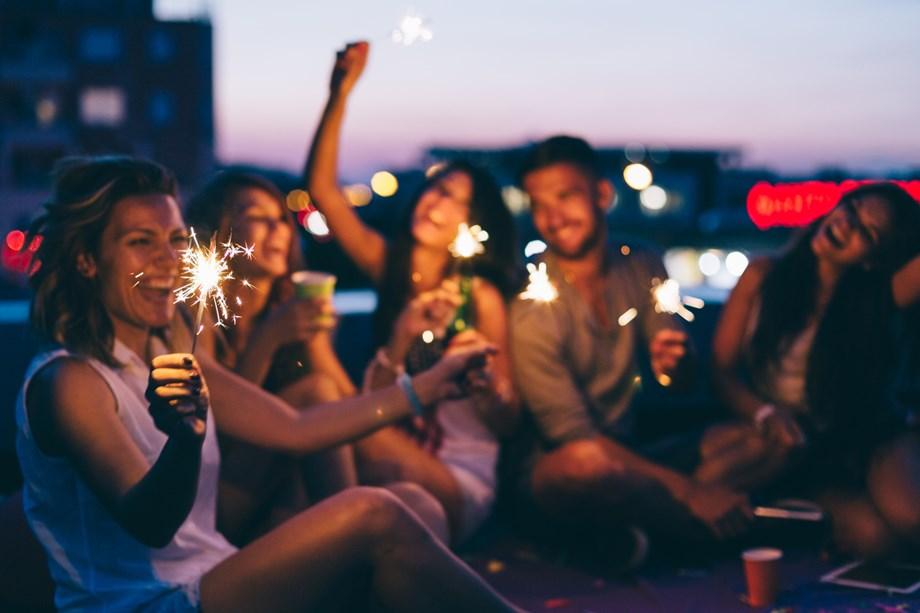 Urban party στην ταράτσα: Η πιο καλοκαιρινή εμπειρία που θα ζήσεις στην πόλη