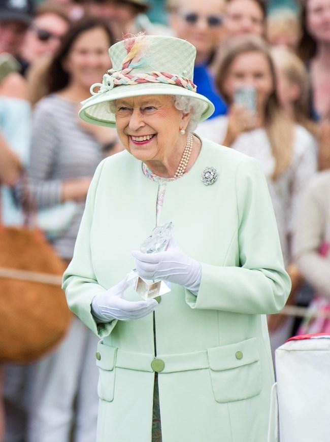 Βασίλισσα Ελισάβετ | 6 διαχρονικά αξεσουάρ που δεν αποχωρίζεται ποτέ