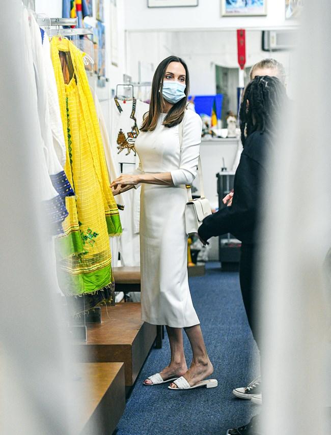 H total white εμφάνιση της Angelina Jolie