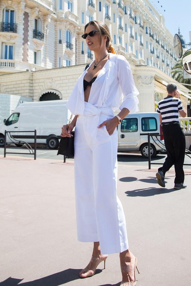 H Alessandra Ambrosio έκανε το τέλειο summer look στις Κάννες