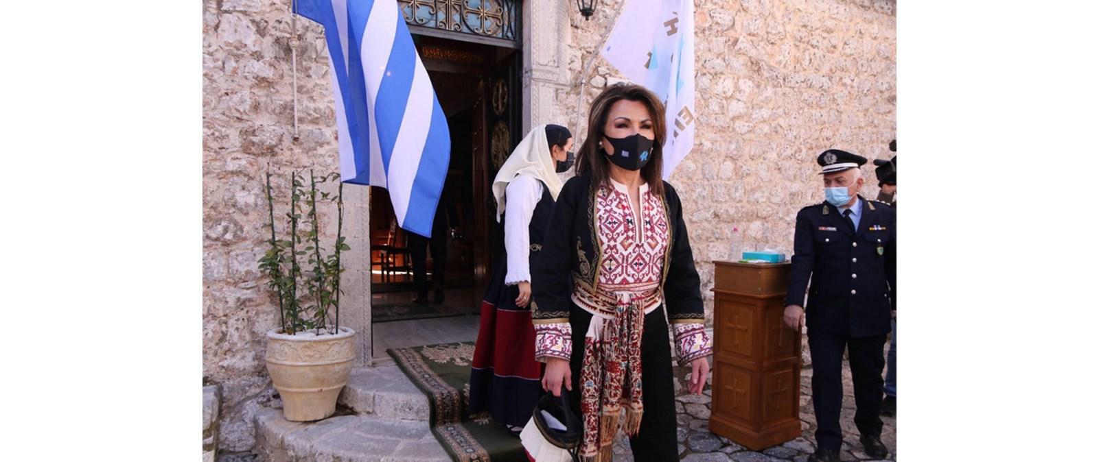 Γιάννα Αγγελοπούλου   Η εμφάνιση με παραδοσιακή φορεσιά