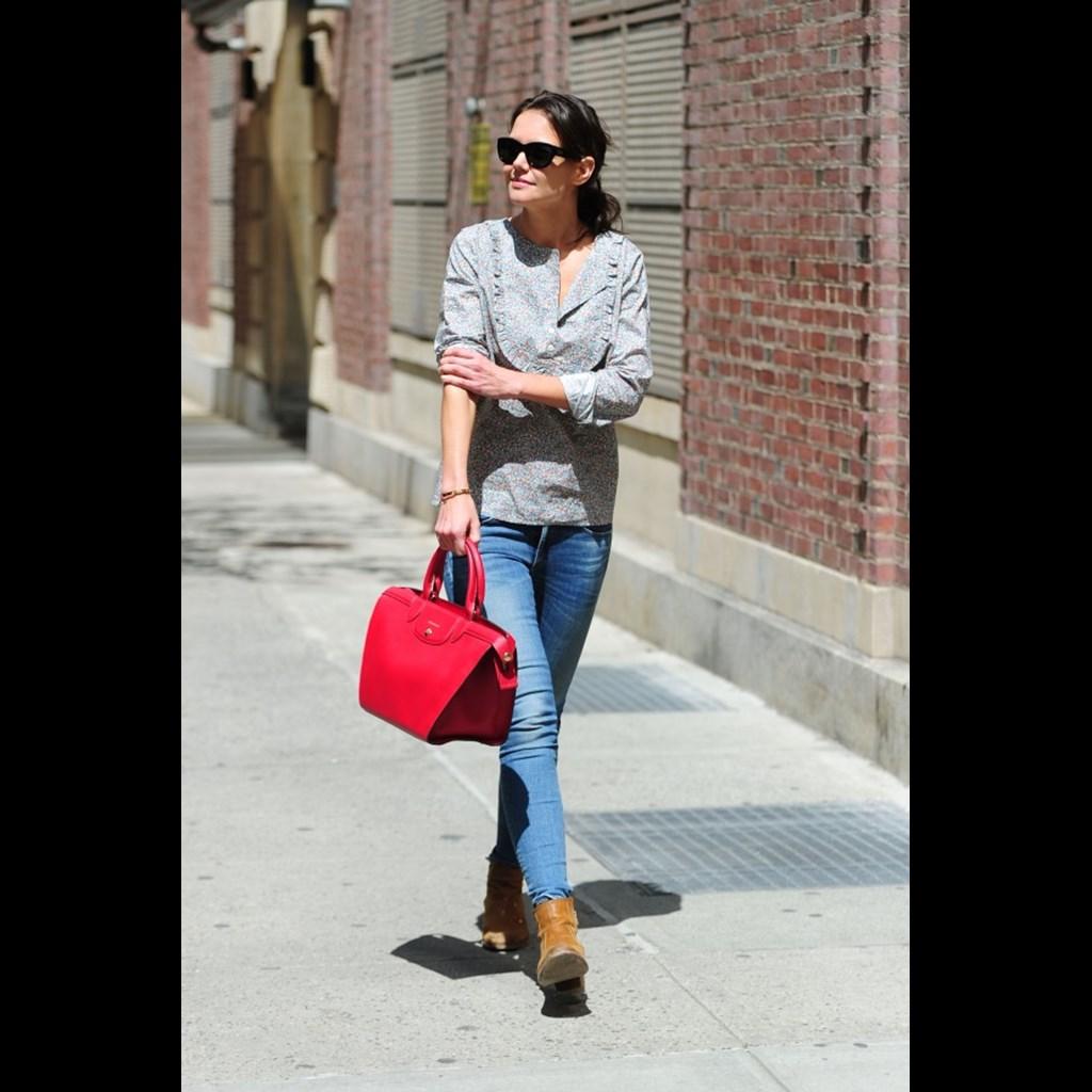 Η Katie Holmes με την τσάντα Le Pliage Heritage της Longchamp. 07e371917b8